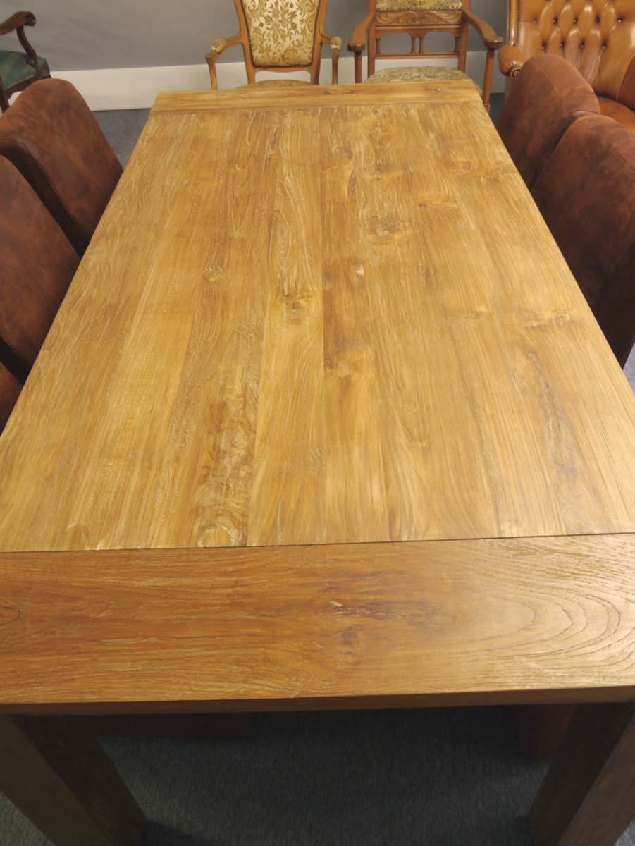Der Tisch weist unebenheiten, Astlöcher und Farbunterschiede auf die gewollt sind