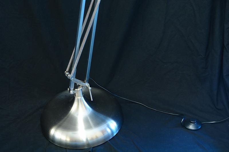 Der Fuß der Stehlampe hat ein Durchmesser von 34cm