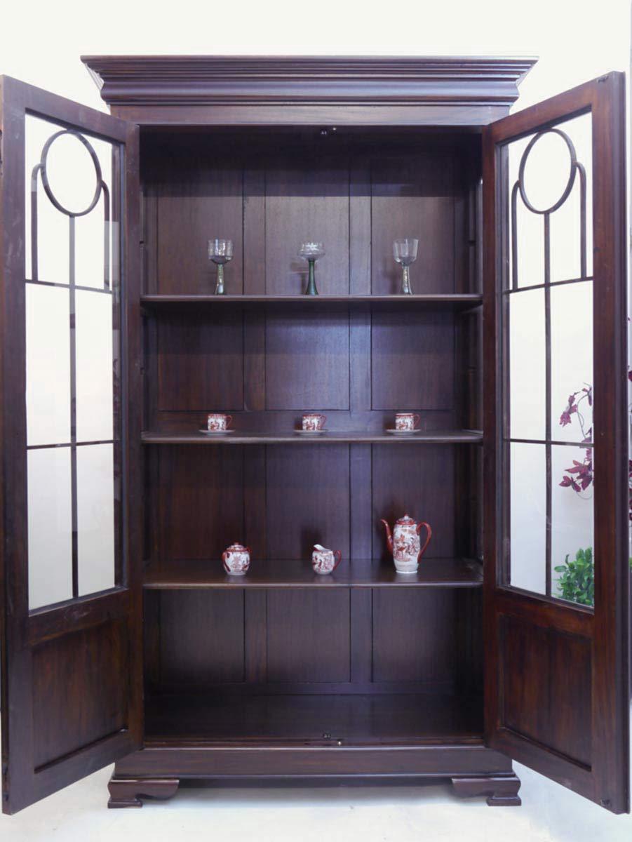 Glasschrank mit geöffneten Türen