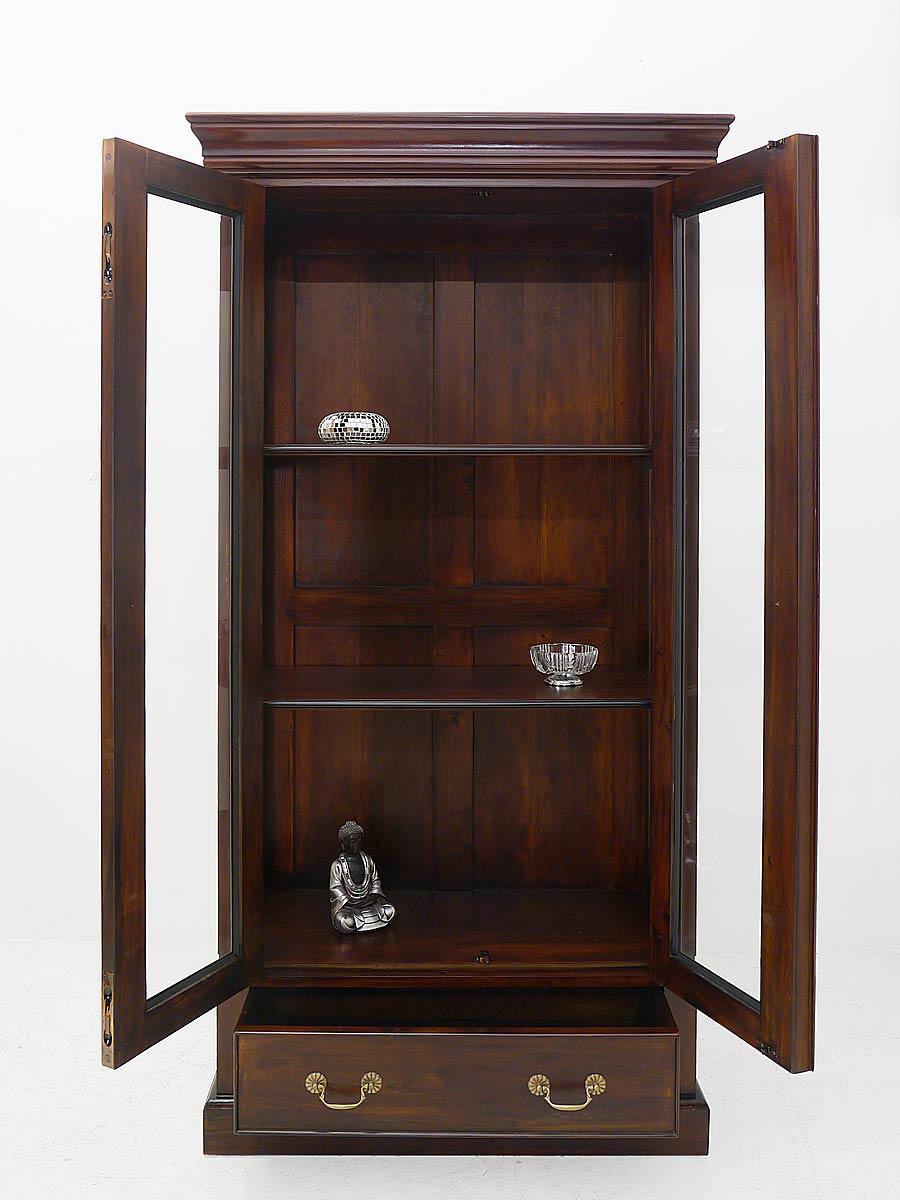 Glasschrank mit geöffneter Tür und Schublade