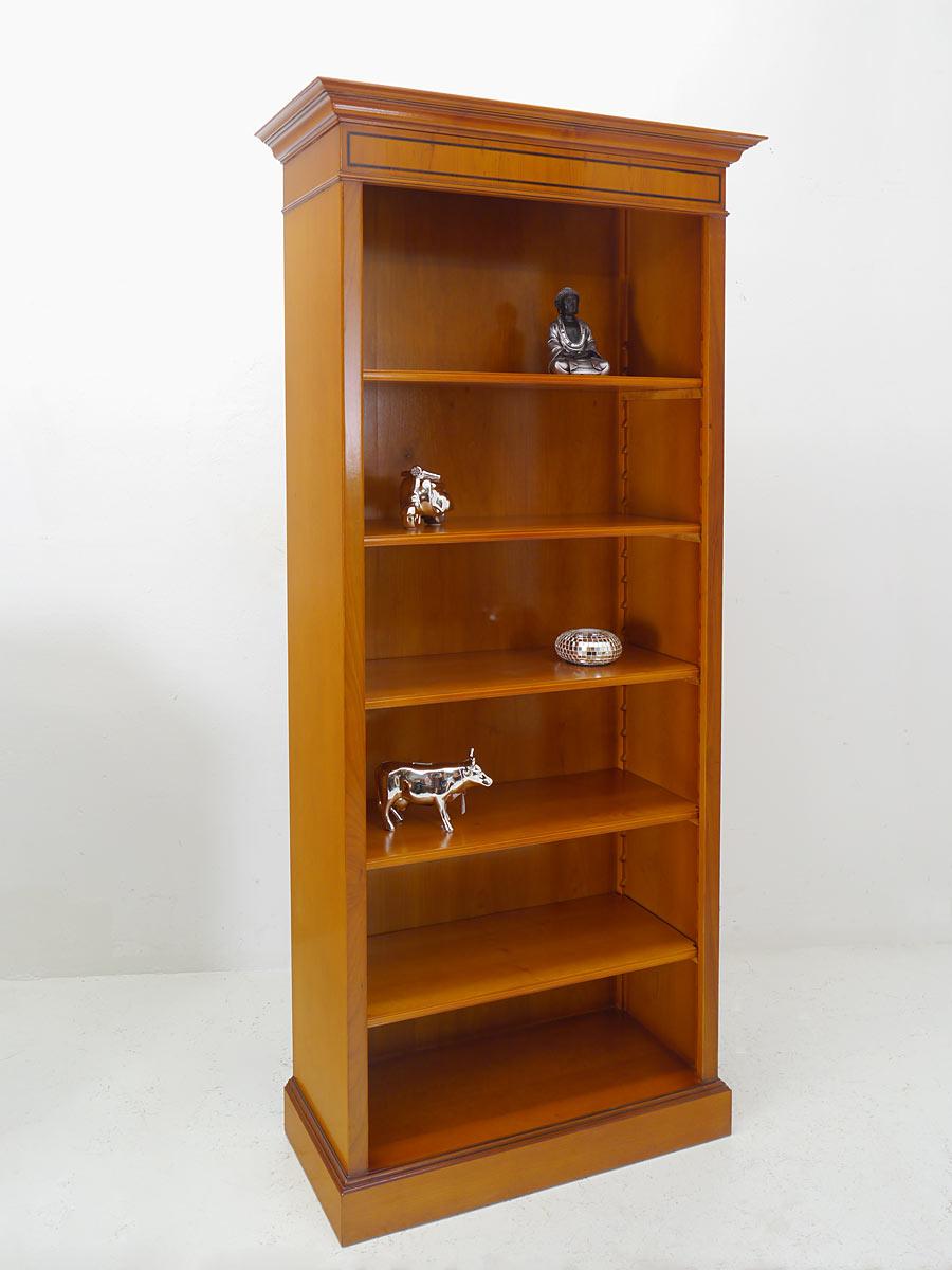 Bücherregal im englischen Stil