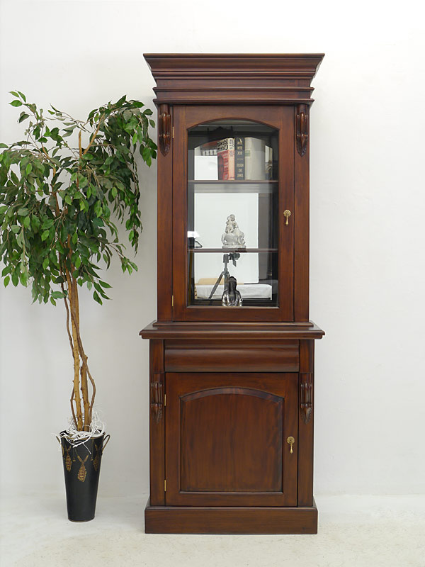 Der Schrank ist aus Mahagoni im dunklen Nussbaum-Farbton lackiert