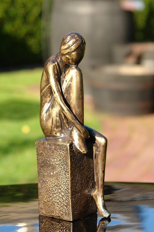 Die Figur ist in Bronze gegossen
