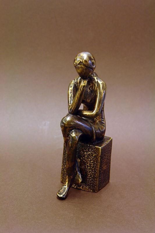 Dekorative Skulptur einer jungen sitzenden Frau