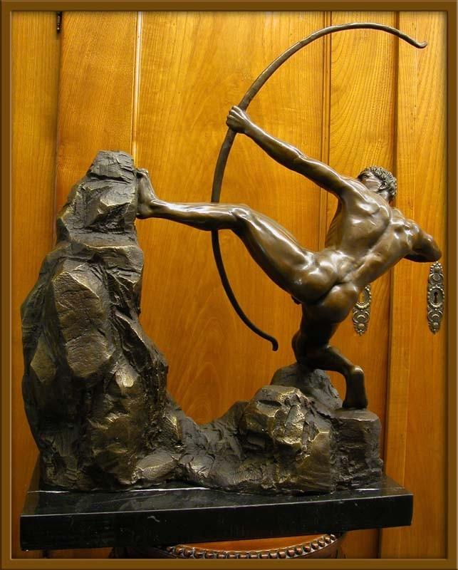 Die Skulptur steht auf einem edlen Marmorsockel