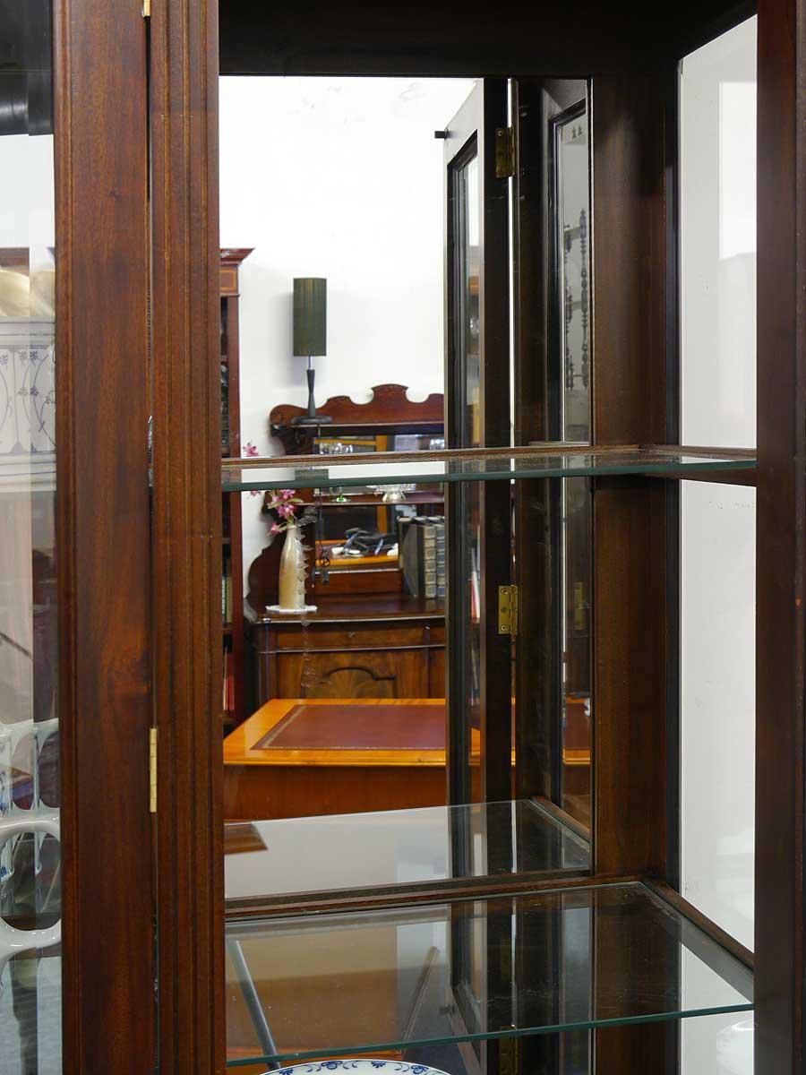 Glasschrank Innenraum Detailansicht