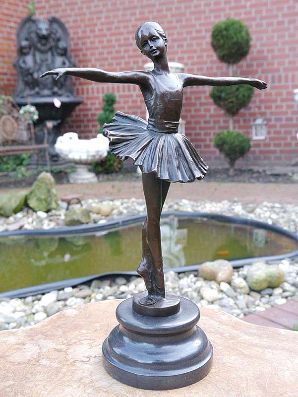 Ausdrucksstarke Bronze Figur einer kleinen Primaballerina