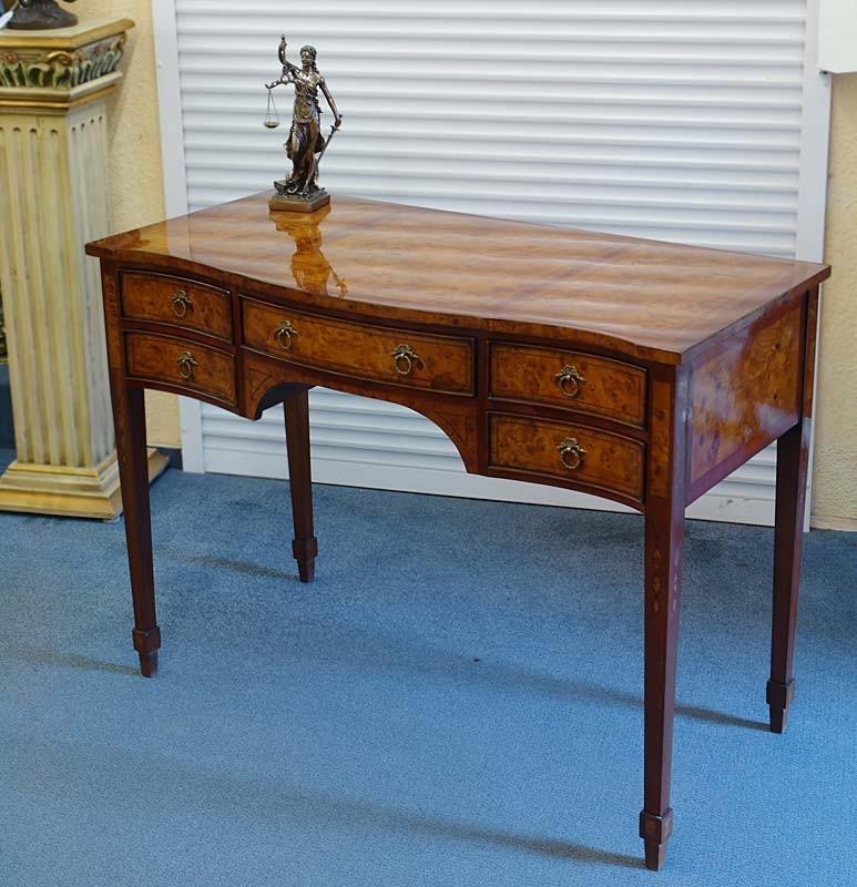 Der Tisch ist frei im Raum platzierbar, da die Rückseite mit einer blinden Schublade ausgestattet ist