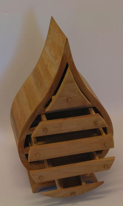 Der Schrank ist aus Teak-Holz gefertigt