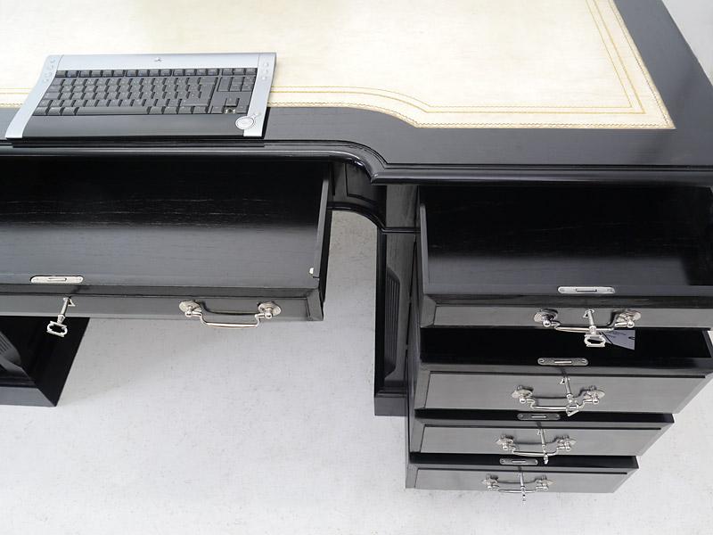 Die mittlere Schublade ist aufklappbar z. B. für Tastatur und Maus