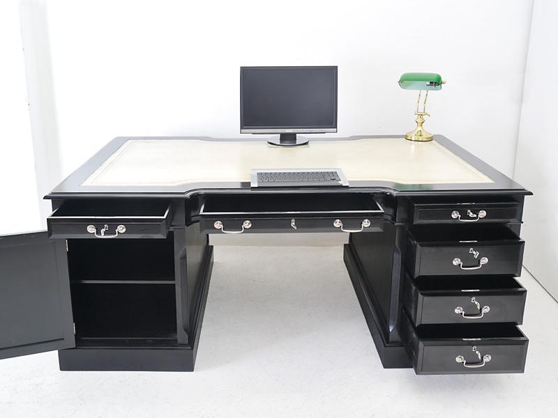 Schreibtisch mit geöffneten Schubladen und tür
