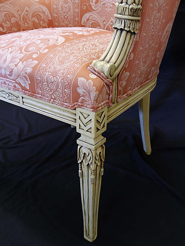 Detailansicht Polstermöbel von den Beinen und der Polsterung in altrosa