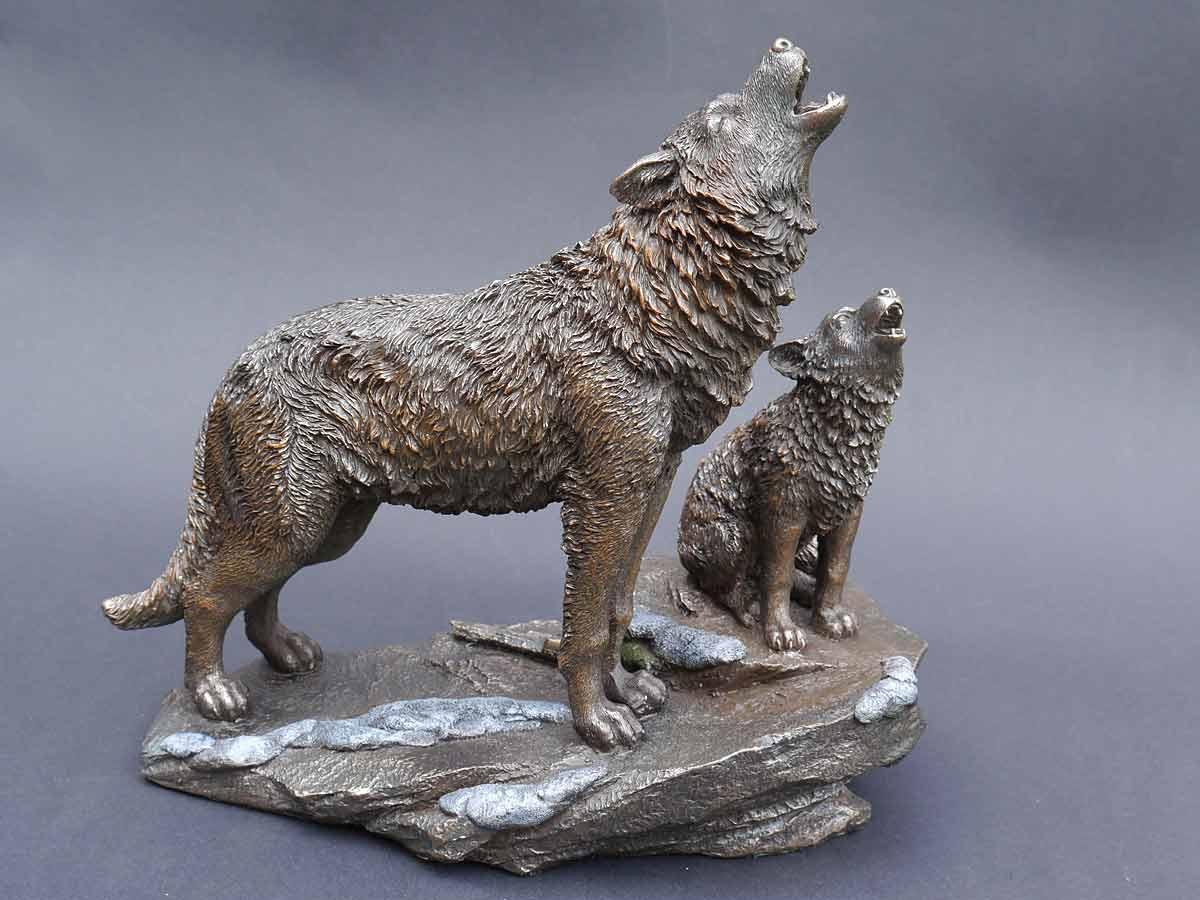 Figur zweier heulenden Hunde