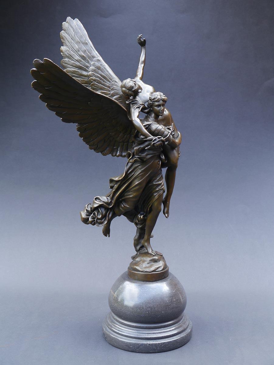 Kleinste Details des Körpers sind in Bronze gegossen