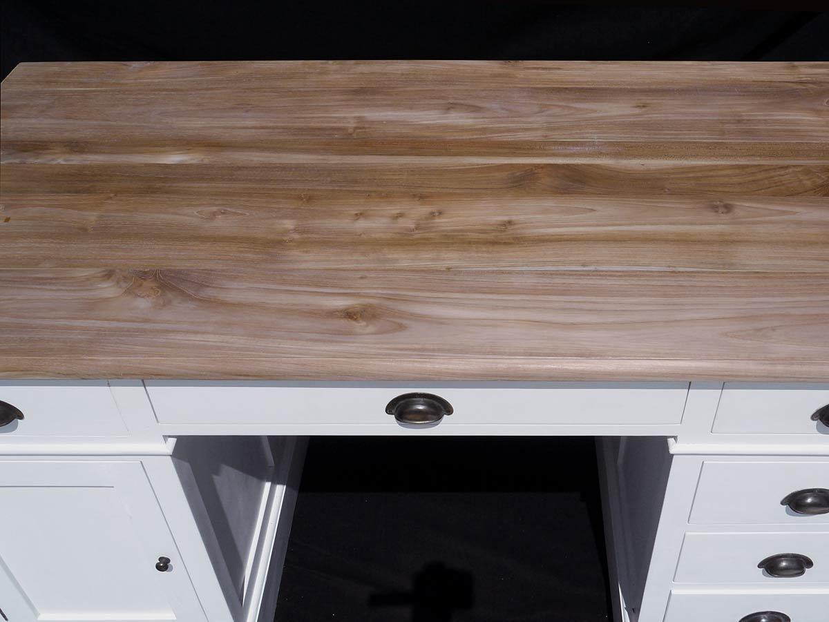 n Kombination mit der naturfarbenen und unbehandelten Oberläche der Schreibplatte aus massivem Teakholz wirkt der ganz in weiß gehaltene Schreibtisch optisch modern und zeitgemäß.
