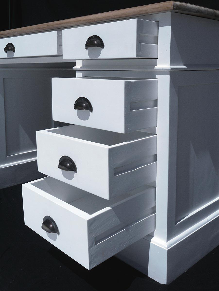 Auf der rechten Seite befinden sich vier Schubladen, in der Mitte ein großes Schubfach und auf der linken Seite eine blinde Schublade, die nur optisch angedeutet wird.