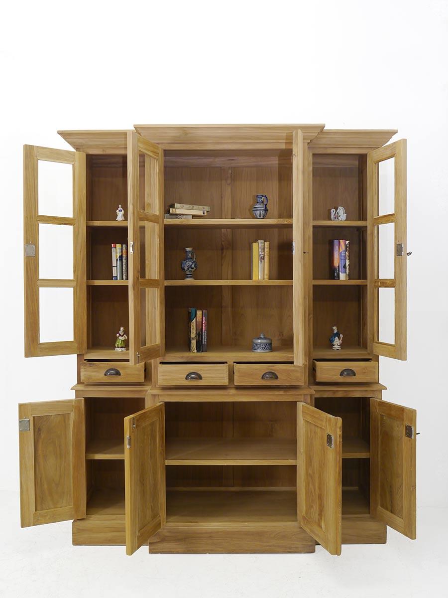 Küchenschrank mit geöffneten Türen und Schubladen