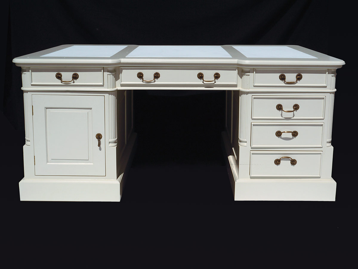 Büromöbel in cremeweiß mit Schubladen und Tür