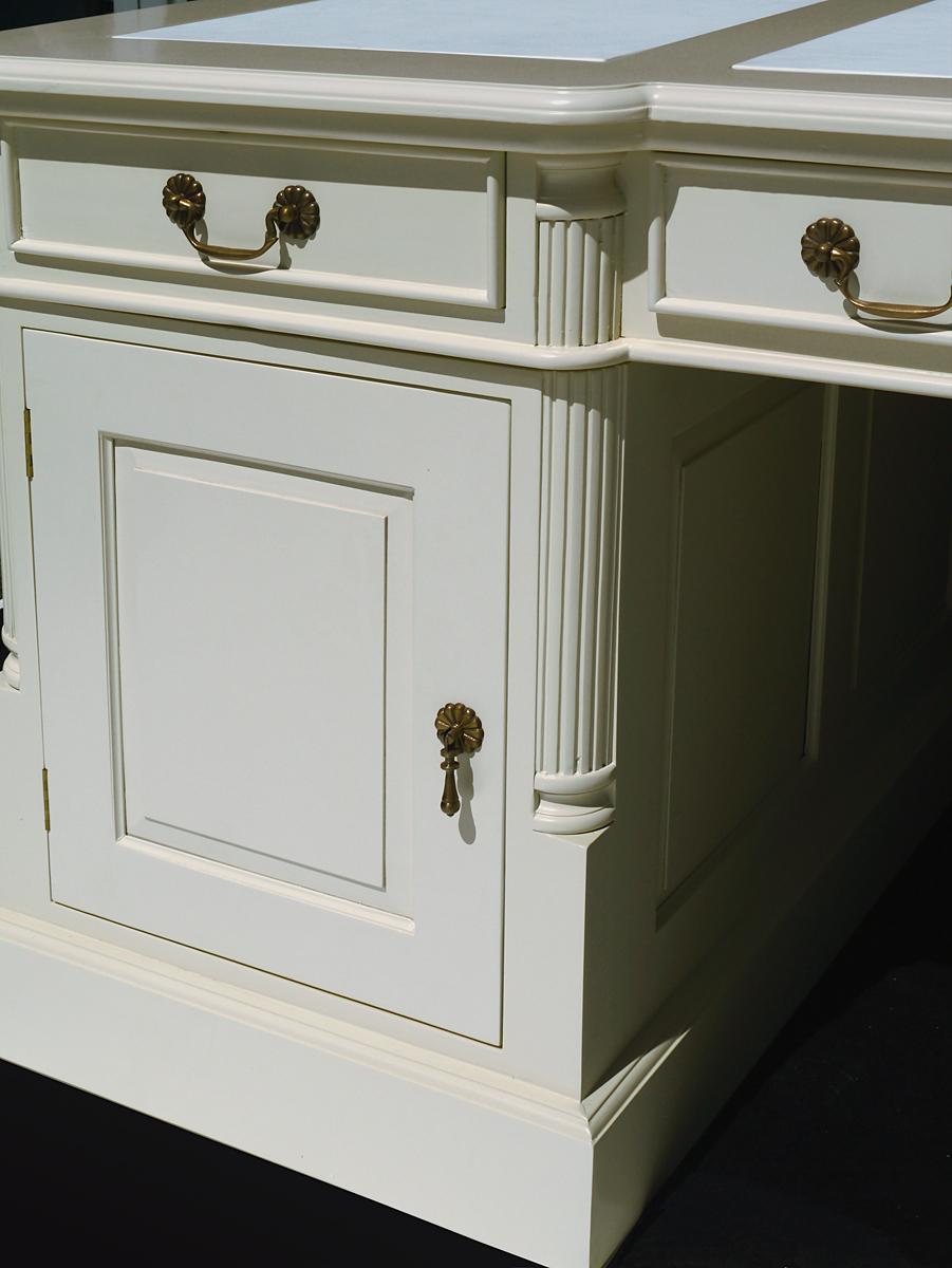 Schreibmöbel Nahaufnahme linkes Seitenelement mit Tür