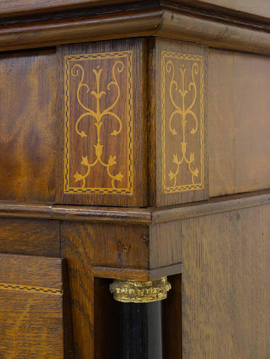 Schrank Detailansicht Intarsien und Säule