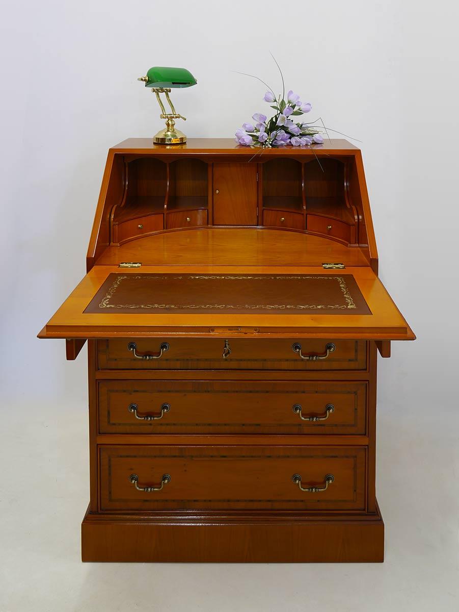 Schreibmöbel mit geöffneten Schubladen