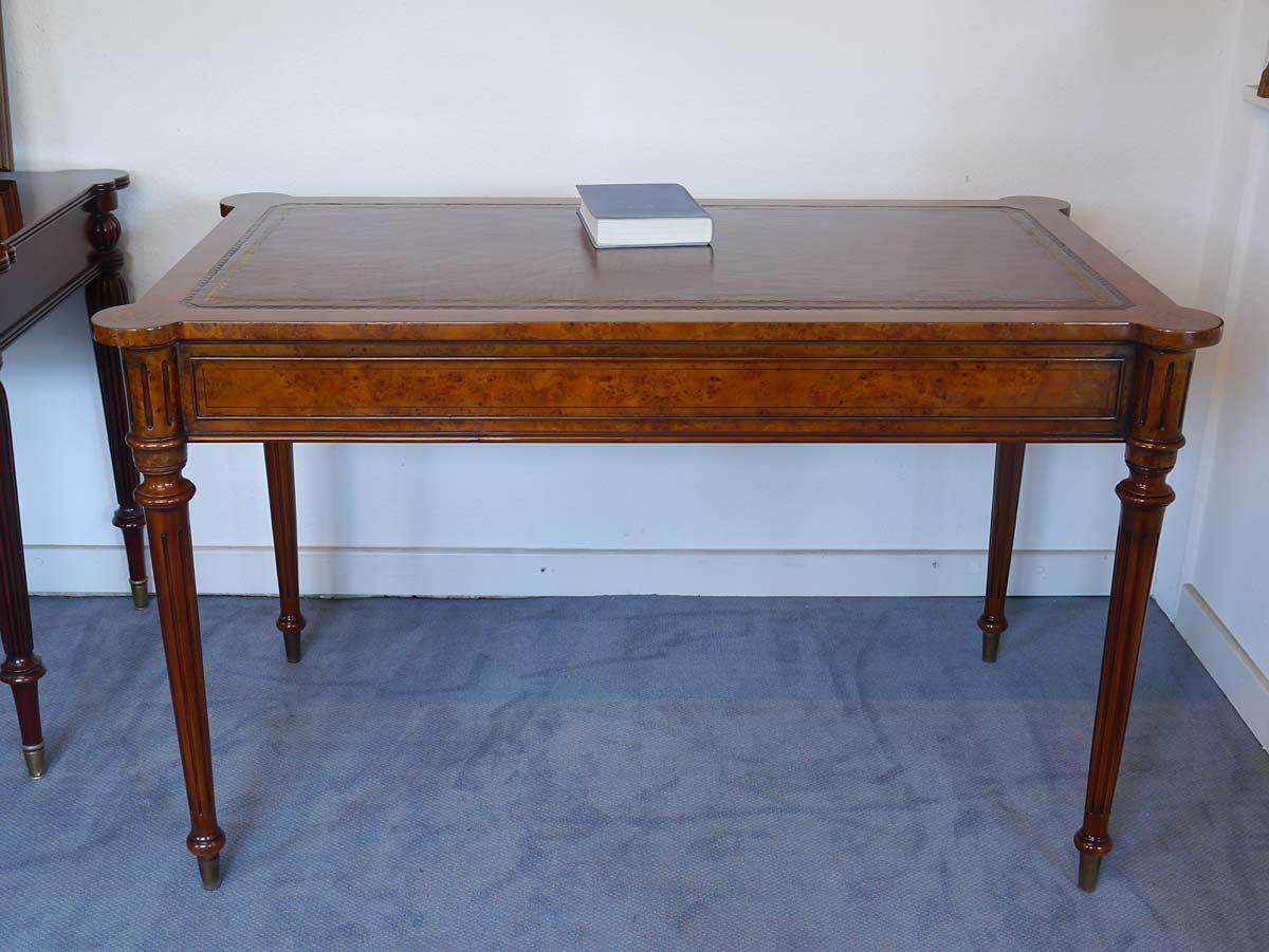 Der Tisch ist mit Wurzelholz furniert