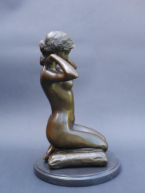 Kleinste Deteils des Körpers sind in Bronze gegossen
