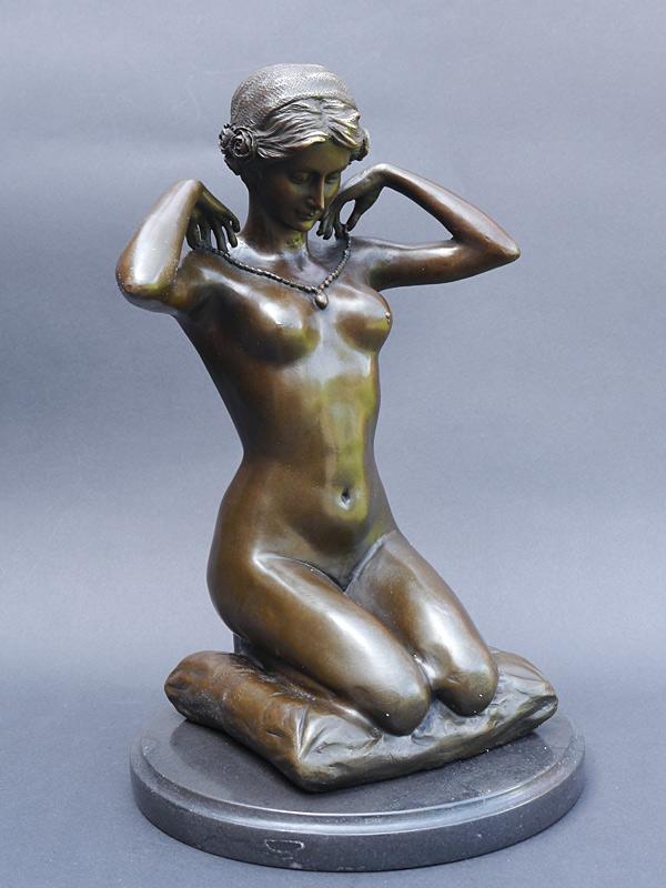 Dekorative Figur einer hübschen nackten Frau