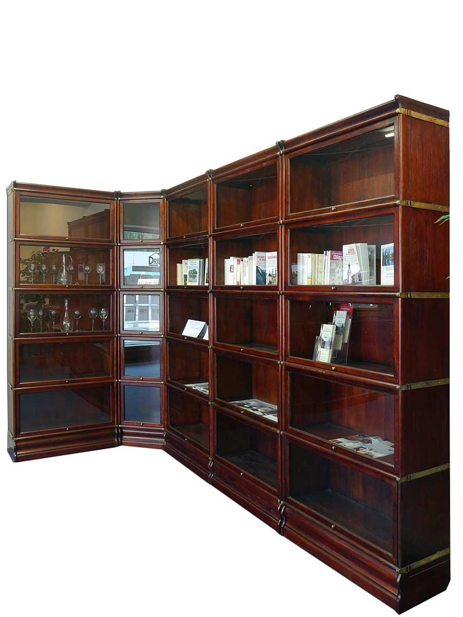 Seitenansicht des Bücherregals