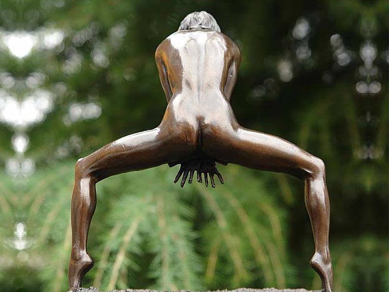 Die Skulptur bringt weibliche Schönheit und Erotik zum Ausdruck