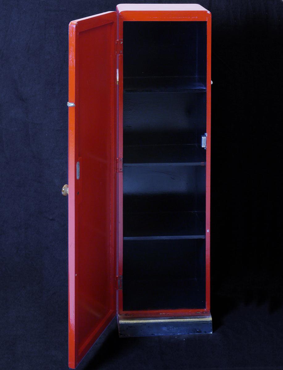 Schrank mit drei Einlegeböden