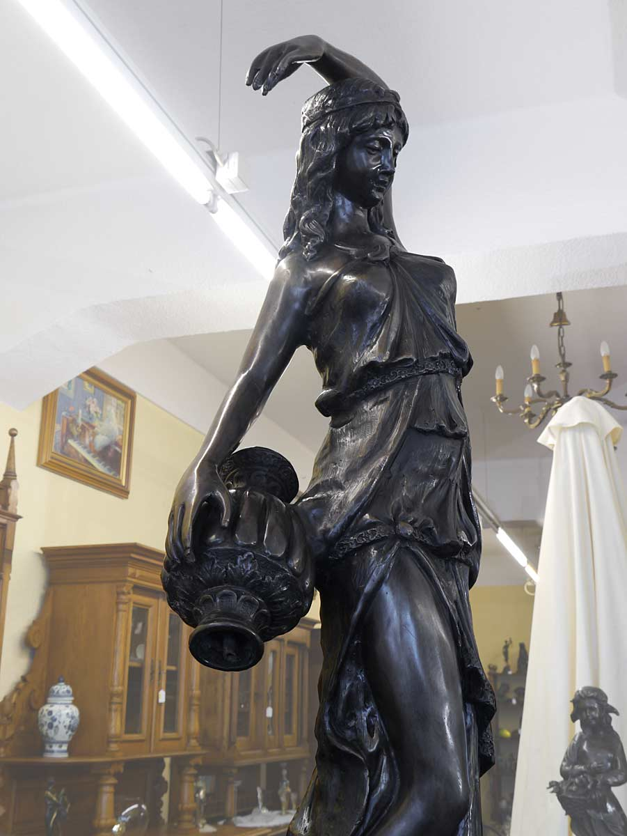 Die Göttin hält einen Wasserkrug in der Hand