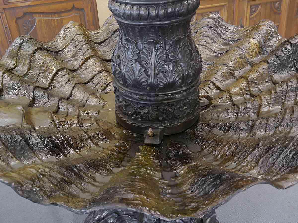 Detailansicht der Muschelschale von oben des Brunnens