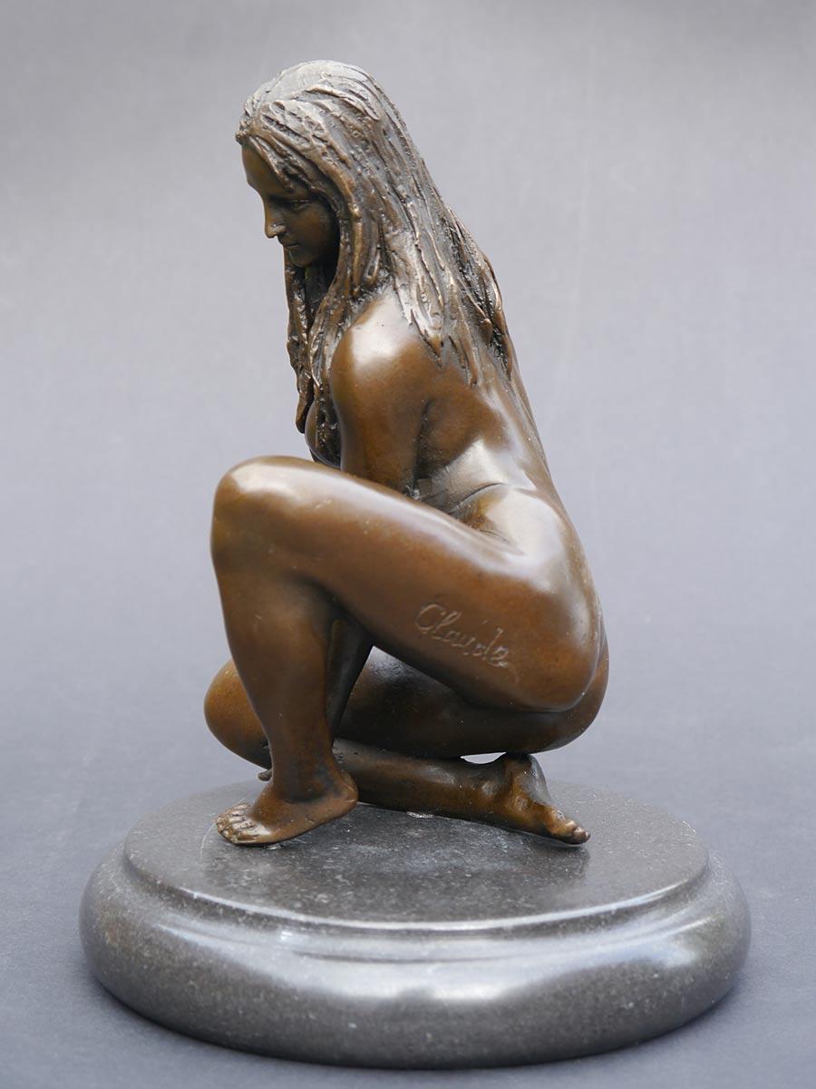 Die Bronzeskulptur steht auf einem edlen Marmorsockel