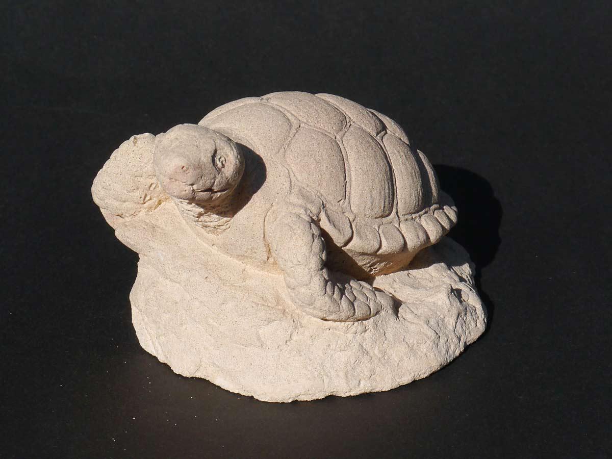 Dekorative Figur einer Schildkröte auf einem Stein