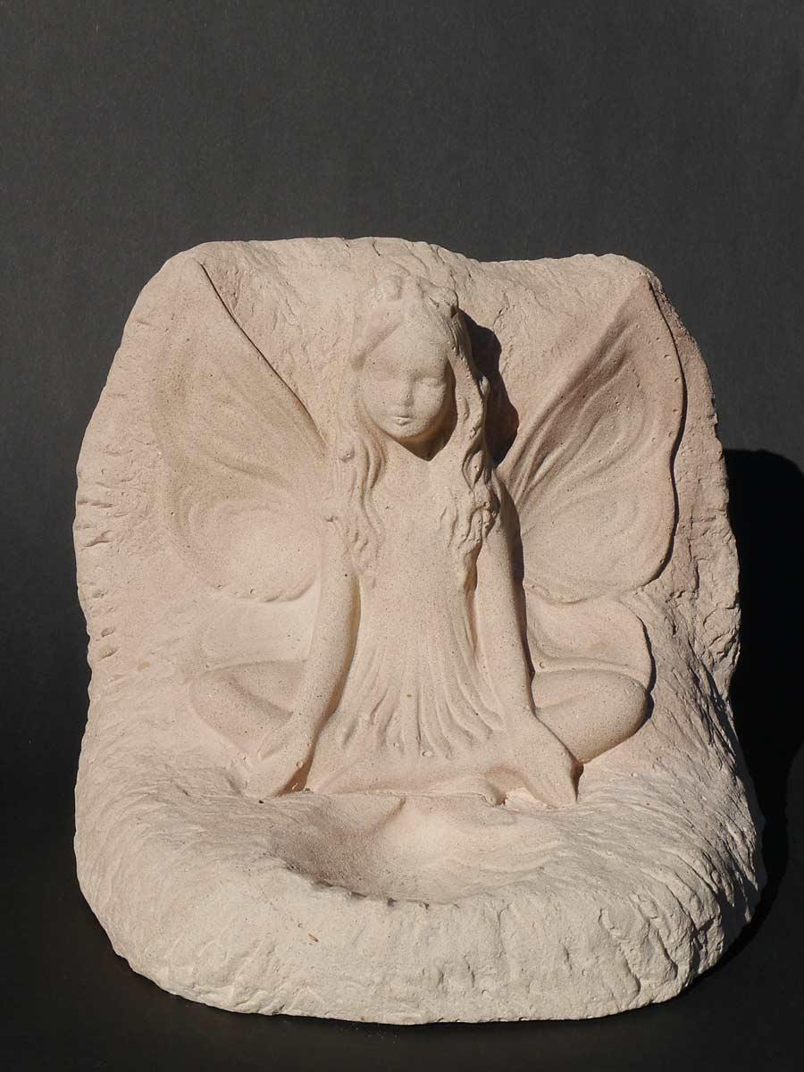 Dekorative figur die eine Elfe im Stein darstellt