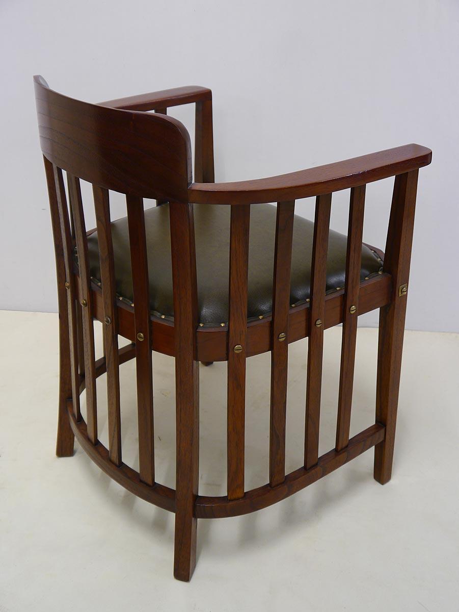 Der Bürostuhl ist aus Mahagoni gefertigt