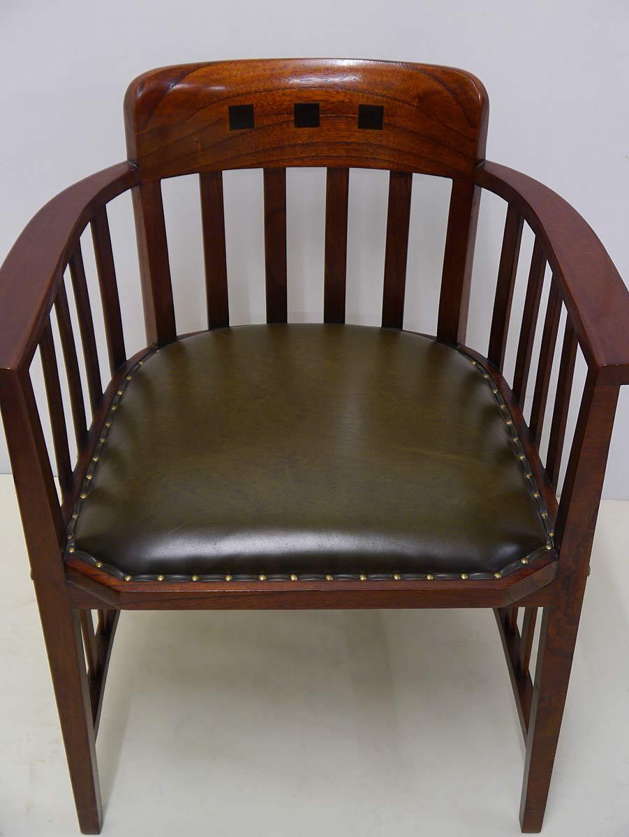 Der Stuh ist mit grünem Leder bezogen