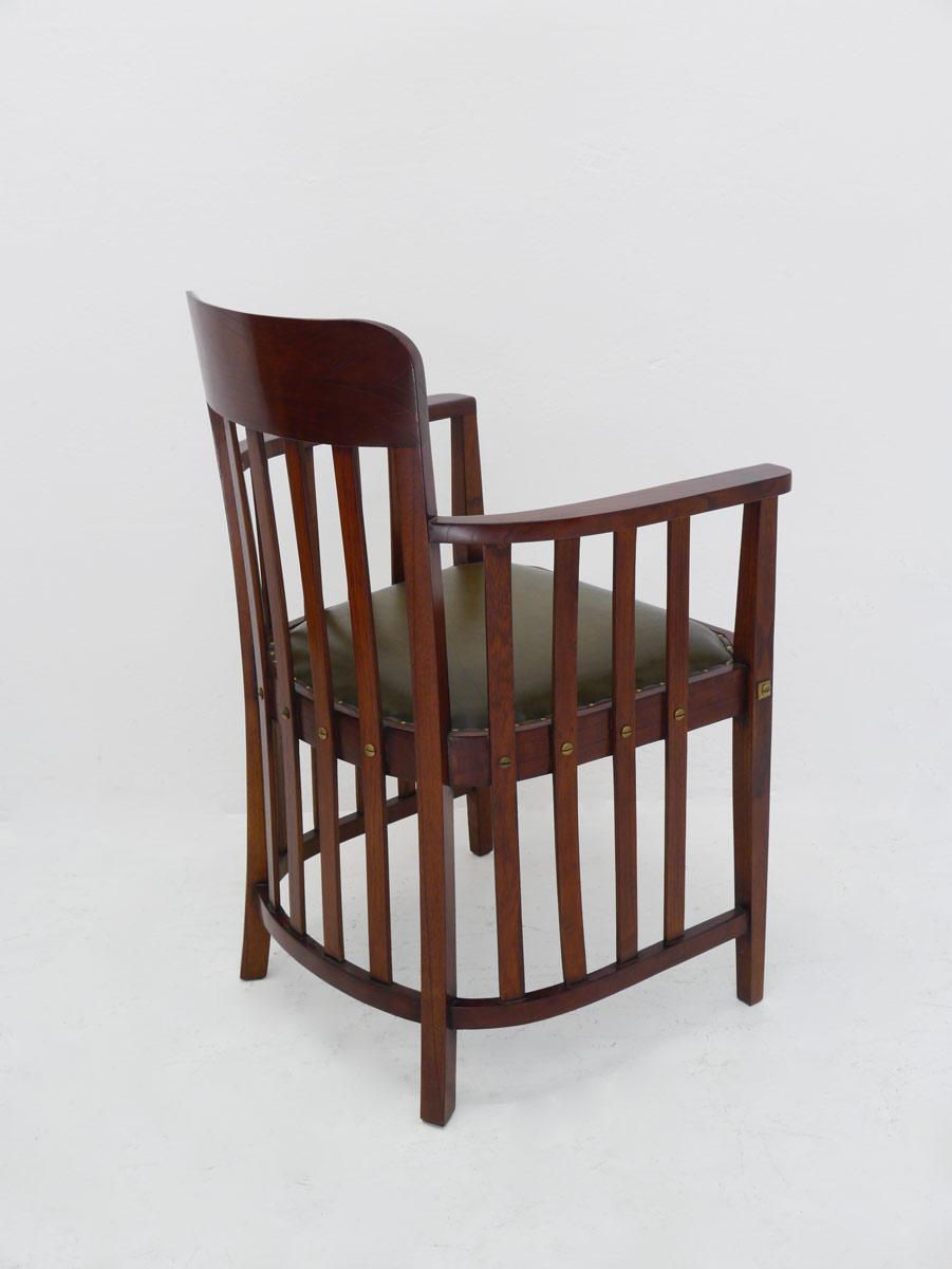 Der Stuhl ist aus Mahagoni gefertigt