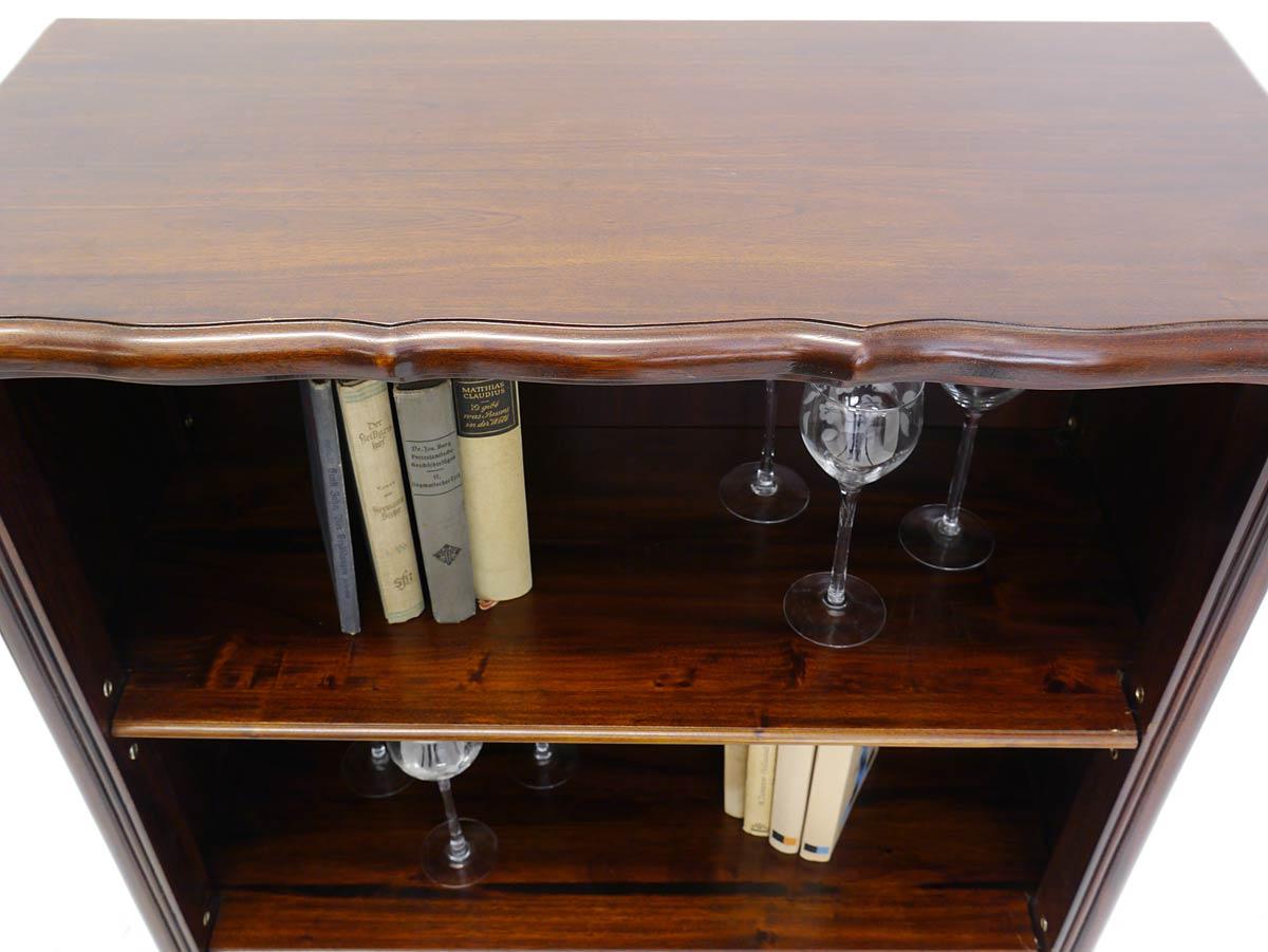 Bücherregal aus Massivholz im dunklen Nussbaum Farbton