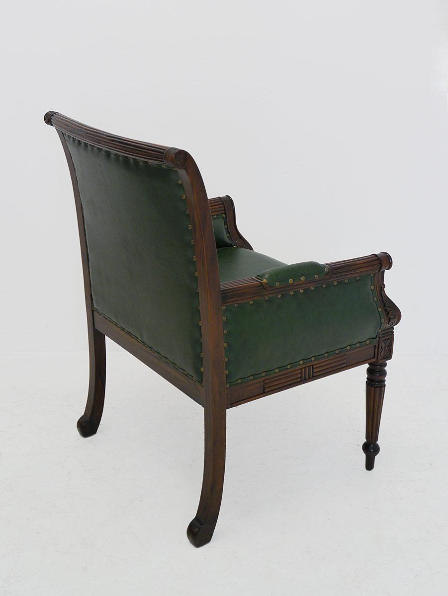 Der Stuhl ist aus Massivholz gefertigt