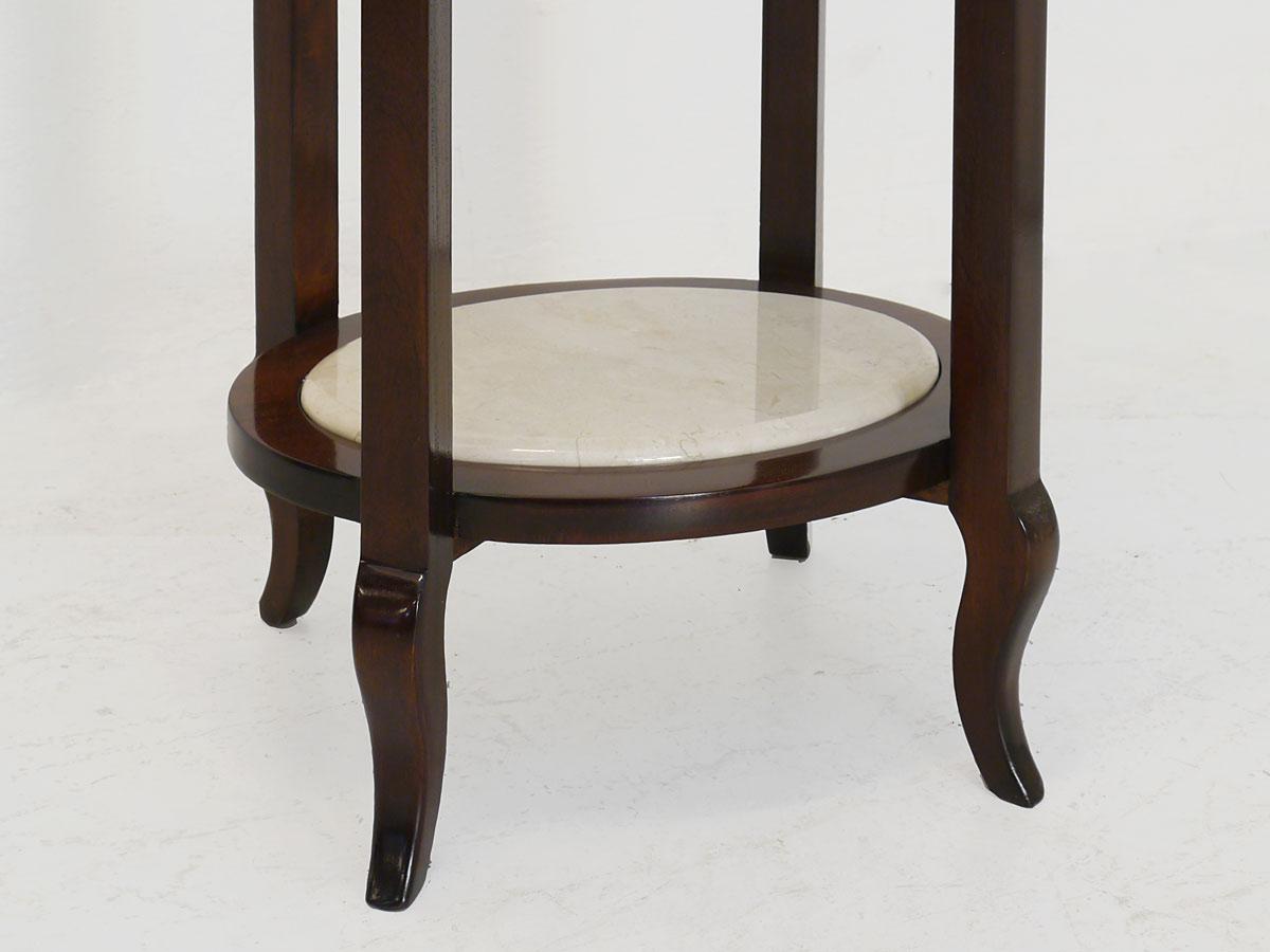 Der Tisch ist mit einer weißen Marmorplatte ausgestattet