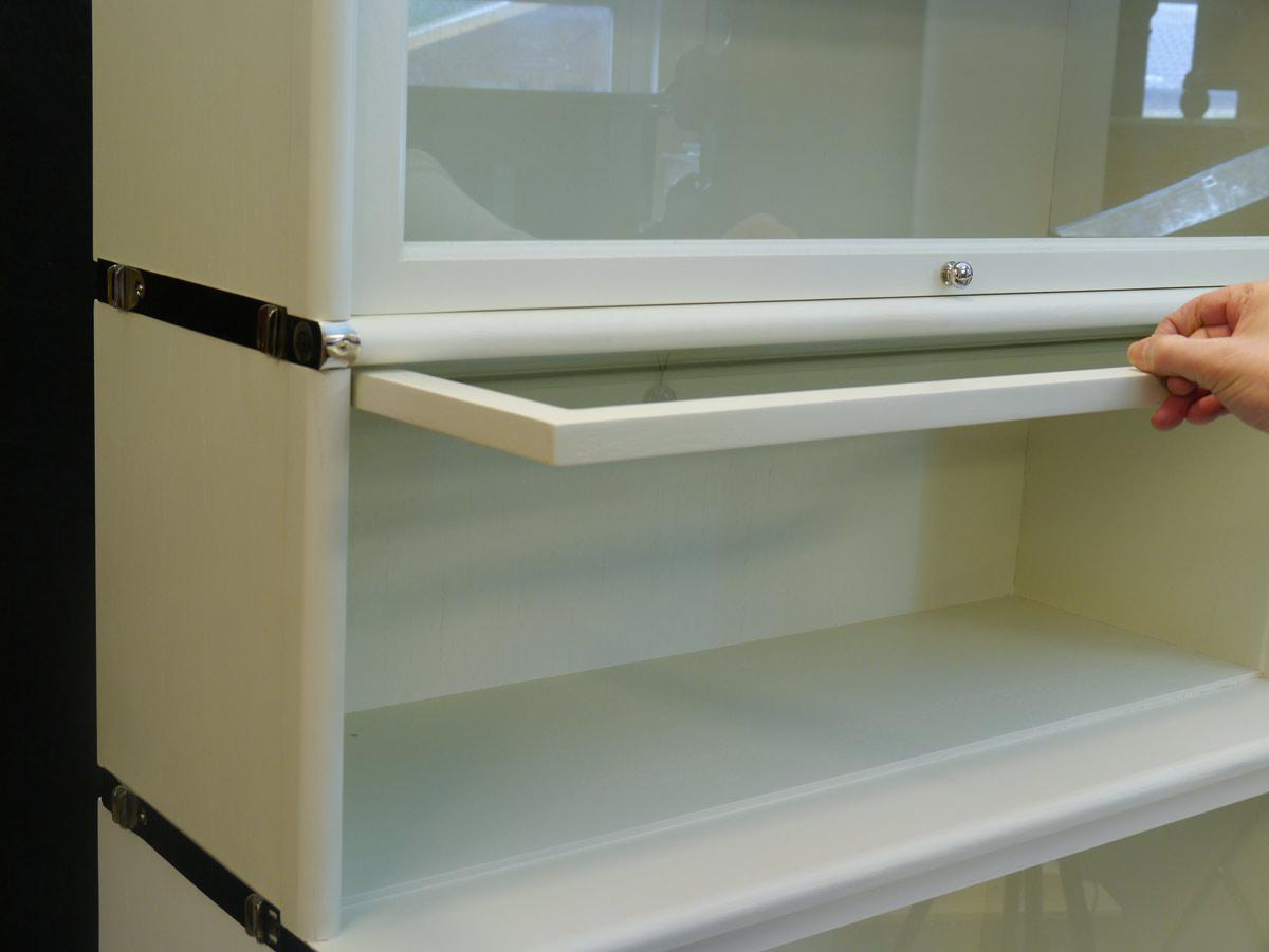 Bücherregal mit chromfarbig vernickelte Messingbeschläge