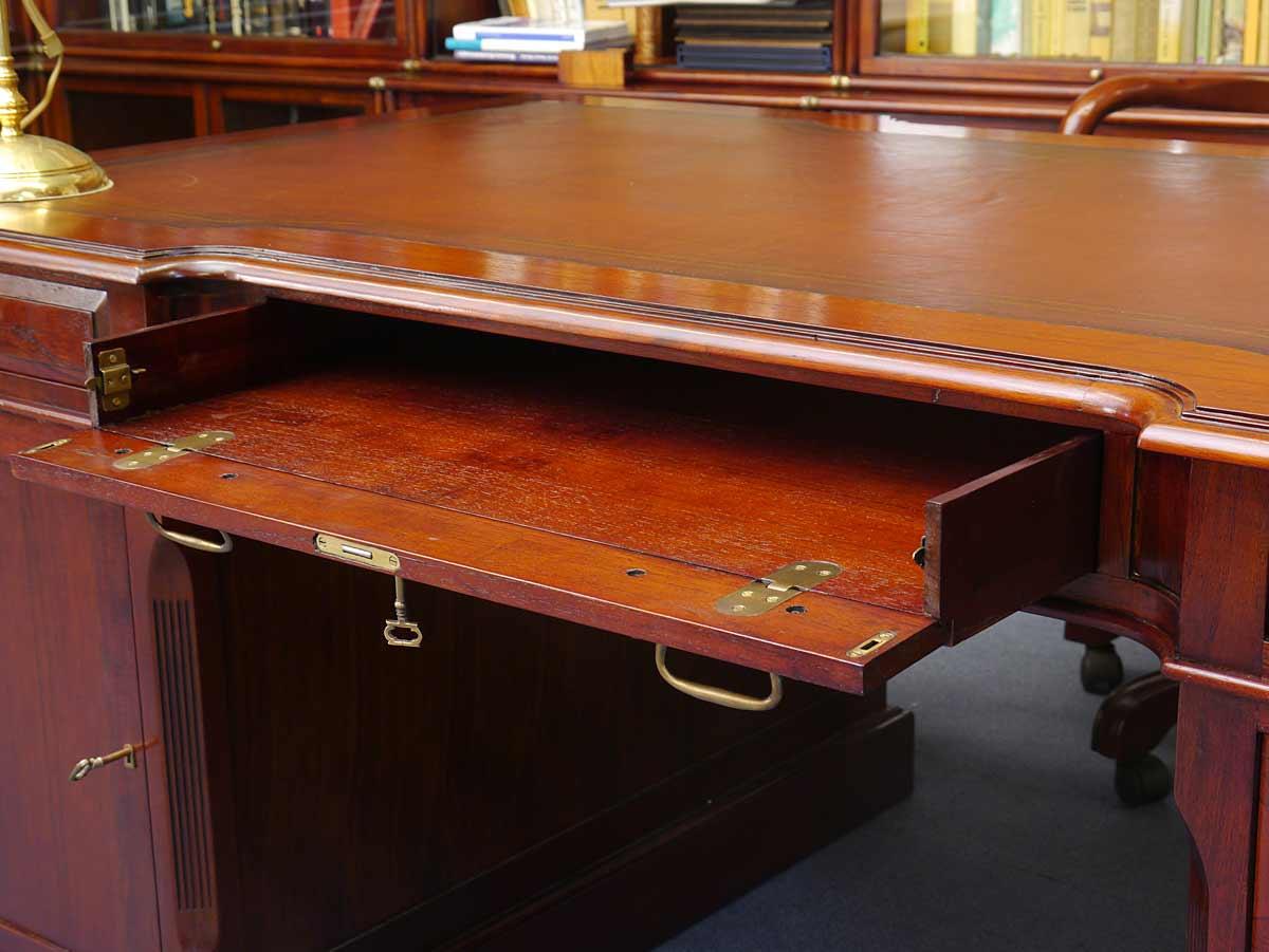 Das Büromöbel ist von beiden Seiten mit Schubladen und jeweils einer Tür ausgestattet