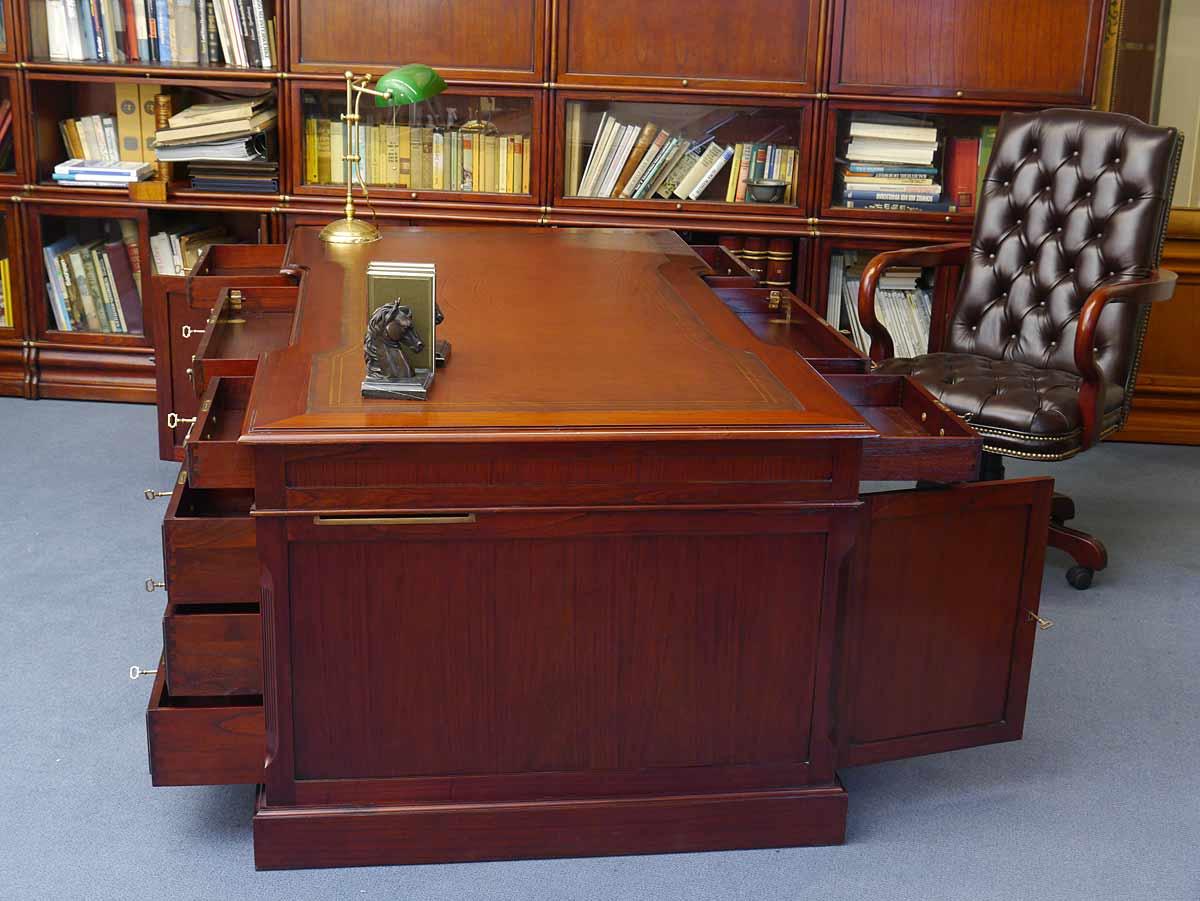 Mittlere Schublade aufklappbar u. a. für die Tastatur und Maus