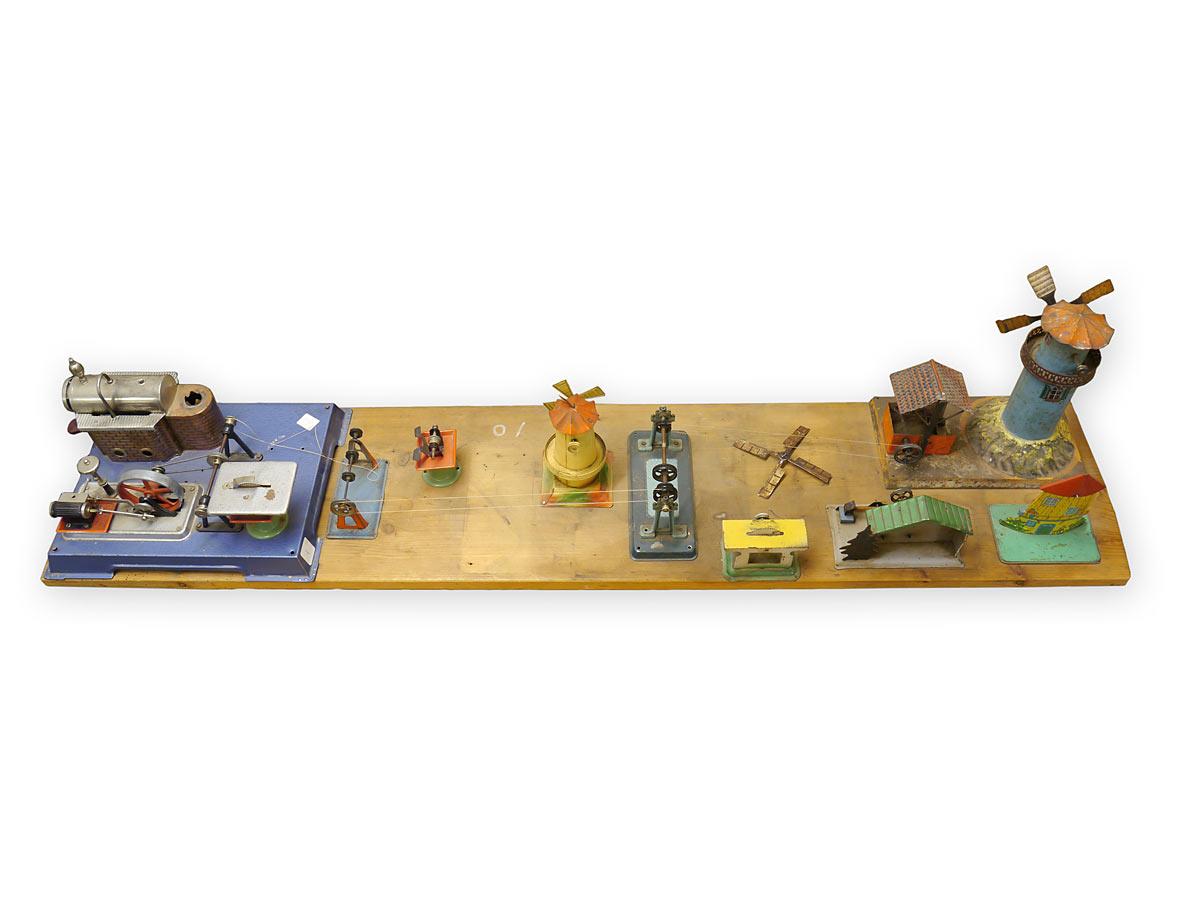 Antikes Spielzeug auf einer Holzplatte angebracht