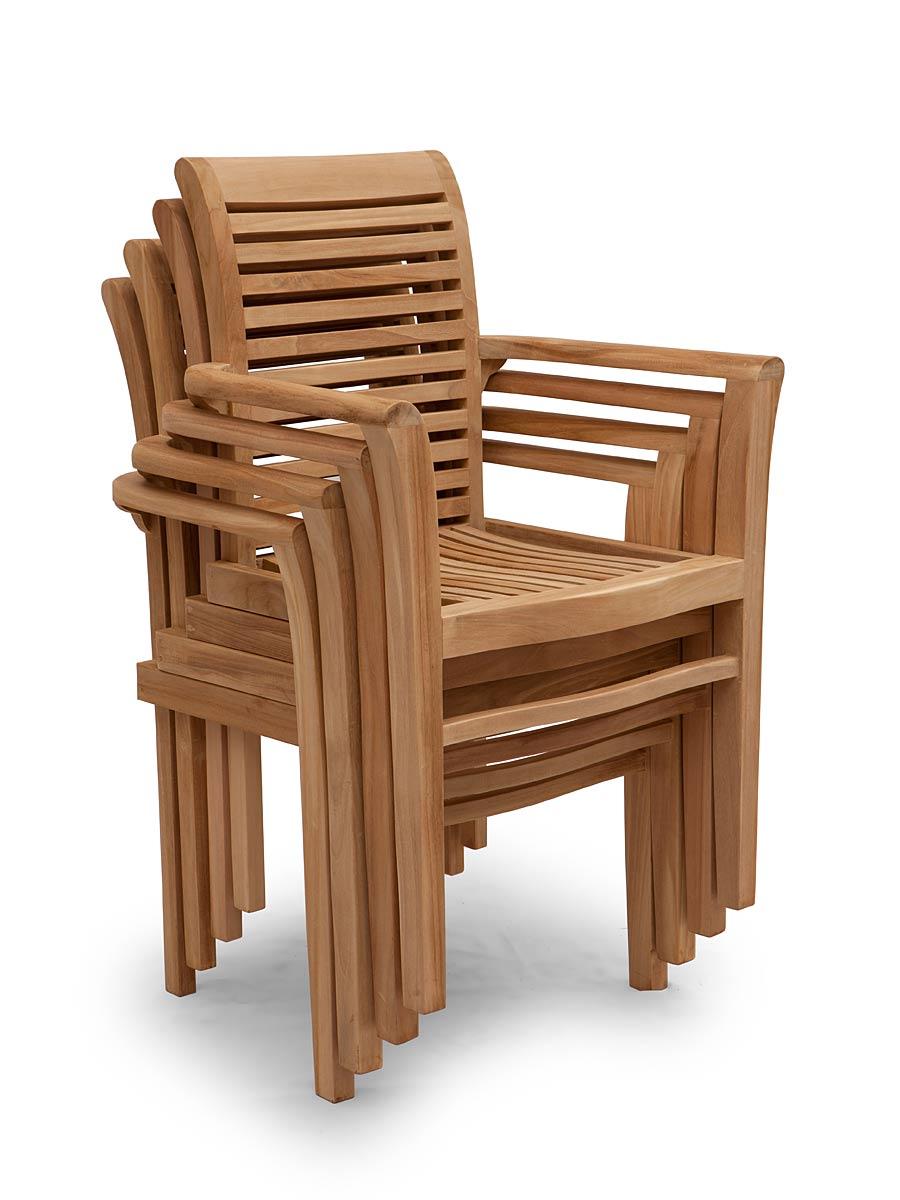 Die Stühle sind platzsparend stapelbar