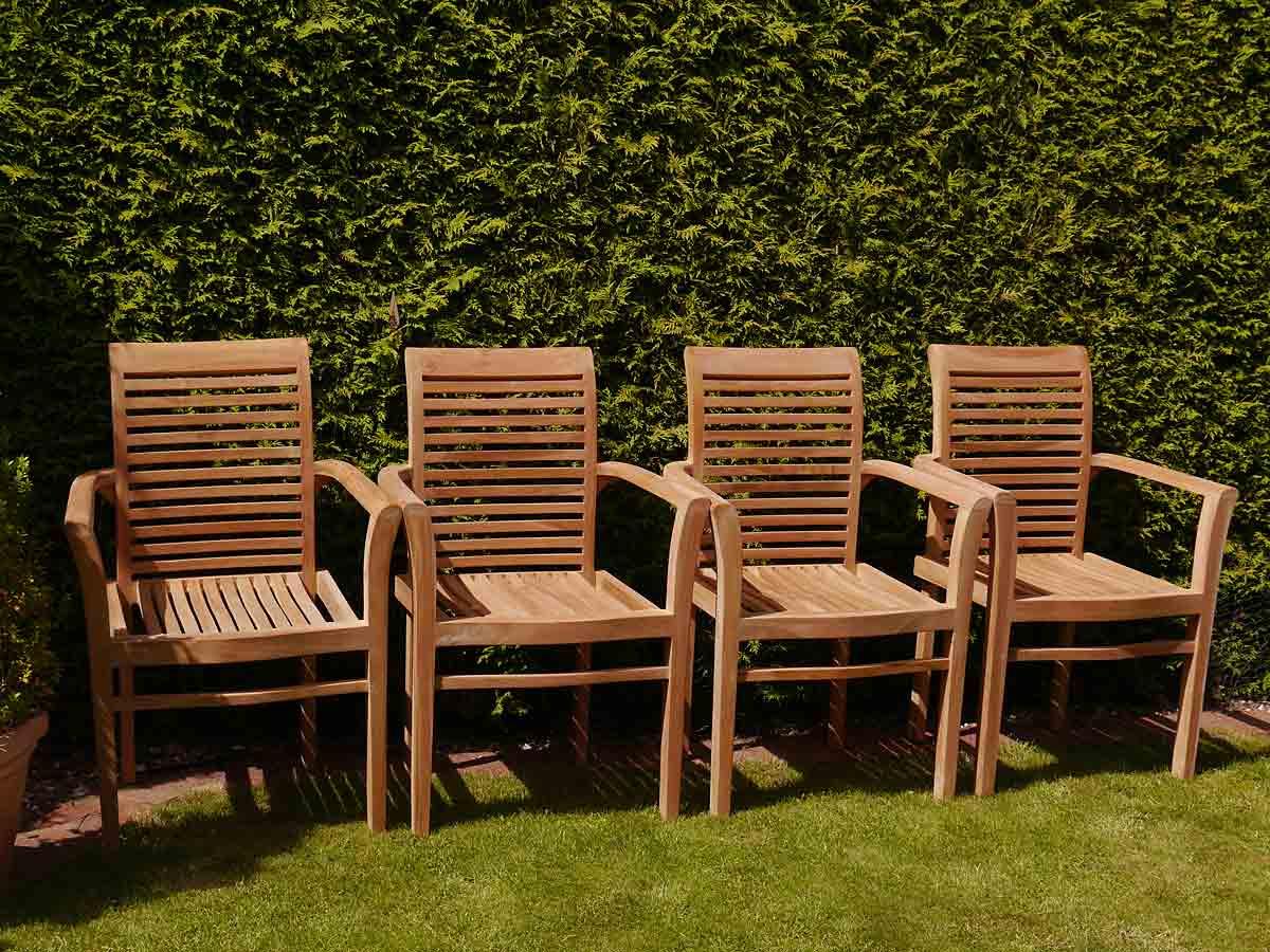 Wir empfehlen Ihnen die Gartenmöbel 1 bis 2-mal pro Jahr mit Teak Öl zu behandeln