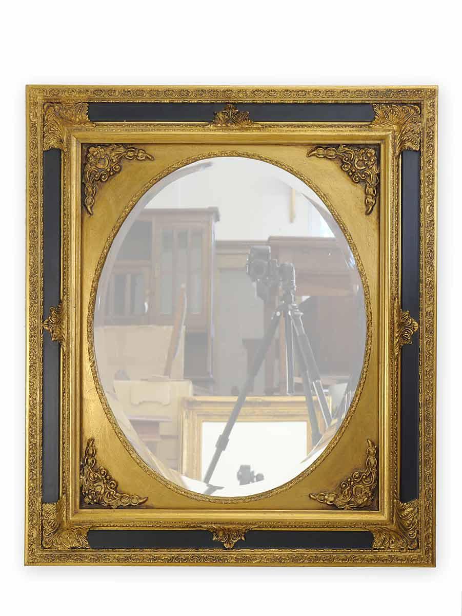 Wandspiegel mit goldfarbenen Rahmen