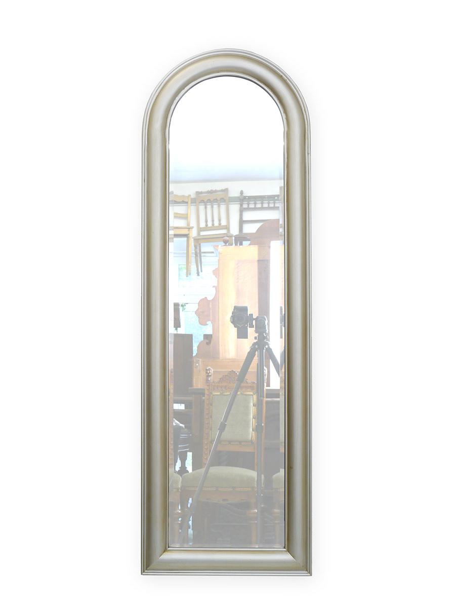 Wandspiegel mit silber-farbigen Rahmen